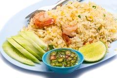 Smażący ryż z garnelami, jajkiem, ogórkiem, chili, rybim kumberlandem i ci, zdjęcie royalty free