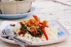 Smażący ryż z mieszanym owoce morza basilem 01 Fotografia Royalty Free