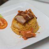 Smażący ryż z piec na grillu kiełbasą i wieprzowiną Zdjęcia Royalty Free