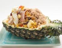 Smażący ryż z rodzynkami, kałamarnica i baleron słuzyć w ananasie Zdjęcie Stock