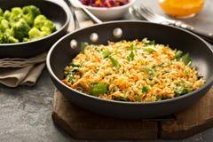 Smażący ryż z warzywami i dekatyzującymi brokułami obrazy royalty free