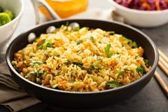 Smażący ryż z warzywami i dekatyzującymi brokułami zdjęcia stock