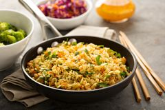 Smażący ryż z warzywami i dekatyzującymi brokułami obraz stock
