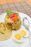 Smażący ryż zieleni curry z wieprzowiną i czyraka jajkiem Fotografia Stock