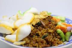 Smażący ryżowy krakersa omlet bejcuje Indonezyjskiego ulicznego jedzenie Fotografia Royalty Free