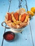 Smażący rybi palce, tempura krewetki i grula kliny, zdjęcie royalty free