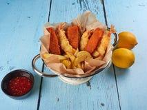 Smażący rybi palce, tempura krewetki i grula kliny, fotografia royalty free