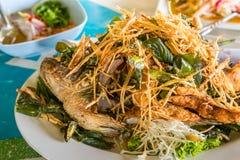 Smażący rybi tajlandzki jedzenie Obrazy Royalty Free
