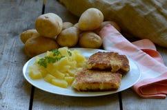 Smażący ser z wyprodukowany lokalnie obranymi grulami na drewnianym tle zdjęcia stock