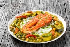 Smażący stek czerwieni ryba z ryżowym i domowej roboty currym obraz stock
