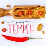 Smażący tempeh dekorujący z chłodnym YUMMY TEMPEH podpis Odgórny widok obrazy royalty free
