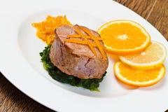 Smażący tuńczyk polędwicowy z świeżą pomarańcze Obrazy Stock