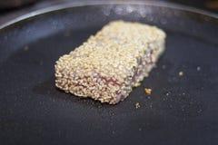 Smażący tuńczyka stek na gorącej niecce Fotografia Stock