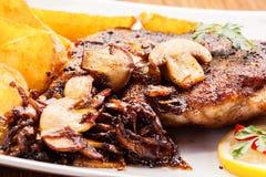 Smażący wieprzowina kotlecik z pieczarkami i układami scalonymi zdjęcia stock