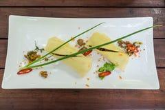 smażący wieprzowiny i basi crepel w bielu talerzu na drewno stole Obraz Royalty Free