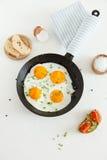 Smażę gramolił się jajka w niecce, chlebie i soli na białym tle smaży, fotografia royalty free
