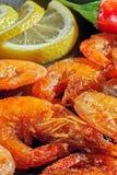 Smażyć garnele z cytryną i czerwonym pieprzem Przygotowywający restauracyjny naczynie w domu Drewniany tło Zakończenie Zdjęcie Stock