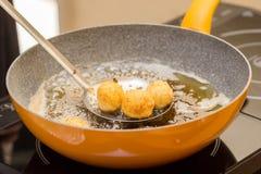 Smażyć mięsne piłki z kumberlandem w białym talerzu na białym tle zdjęcia stock