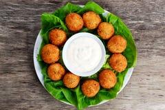 Smażyć mozzarella kija serowe piłki z białym kumberlandem Obrazy Royalty Free