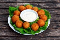 Smażyć mozzarella kija serowe piłki z białym kumberlandem Fotografia Stock
