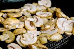 Smażyć pieczarki w gorącej smaży niecce na elektrycznej kuchence Fotografia Royalty Free