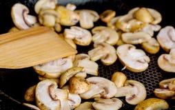 Smażyć pieczarki w gorącej smaży niecce na elektrycznej kuchence Zdjęcie Stock