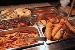 Smażyć wiosen rolki w Chińskiej bufet restauraci zdjęcia royalty free