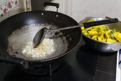Smaży czosnku robić w kuchni dłoniaka i Po to, aby gruchać Zdjęcia Stock