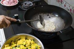 Smaży czosnku robić w kuchni dłoniaka i Po to, aby gruchać Zdjęcie Stock