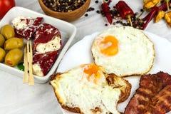 Sma??cy jajeczny i piec na grillu bekon na kuchennym stole Zdrowa ?niadaniowa proteina dla atlet obrazy royalty free