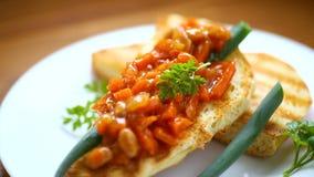 Sma?y? chleb grzanki z stewed warzywami w talerzu i fasolami zbiory