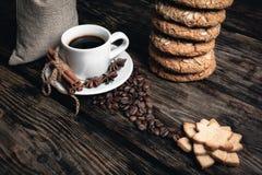 Smaakkop van koffie met geroosterde korrels Stock Foto