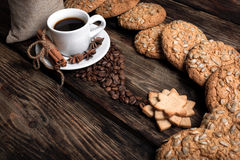 Smaakkop van koffie met geroosterde korrels Stock Foto's