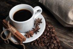 Smaakkop van koffie met geroosterde korrels Stock Fotografie