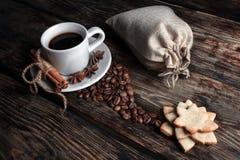 Smaakkop van koffie met geroosterde korrels Royalty-vrije Stock Afbeeldingen