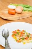 Smażąca jajeczna polewa smażył warzywa z minced wieprzowiną Fotografia Royalty Free