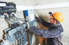Smachinist naprawiania winda w dźwignięcie dyszlu Zdjęcia Stock