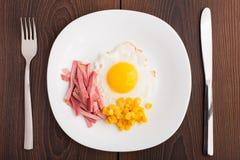Smażący jajko z baleronem i kukurudzą Obrazy Royalty Free