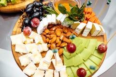 Smaczny serowy naczynie Wyśmienicie ser na stole Stołowy setti zdjęcie royalty free