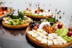 Smaczny serowy naczynie Wyśmienicie ser na stole Stołowy setti zdjęcie stock