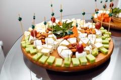 Smaczny serowy naczynie Wyśmienicie ser na stole Stołowy setti obraz stock