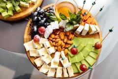 Smaczny serowy naczynie Wyśmienicie ser na stole Stołowy setti obraz royalty free