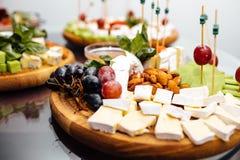 Smaczny serowy naczynie Wyśmienicie ser na stole Stołowy setti obrazy stock
