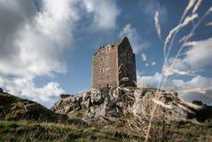 Smailholmtoren die zich op een rotsachtige steile rots bevinden Stock Foto's