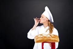Smailing Chefbäcker, gebackenes Brot stockfotografie