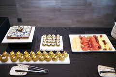 Smak för tabell för kräm- efterrätt för frukt Arkivfoton