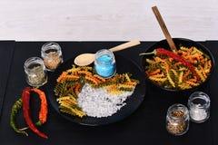 Smak och kryddigt kokkonstbegrepp Fusilli med salt på plattan fotografering för bildbyråer
