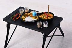 Smak och kryddigt kokkonstbegrepp Italiensk maträtt på tabellmagasinet royaltyfri foto