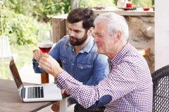 Smaka vinet Arkivbild