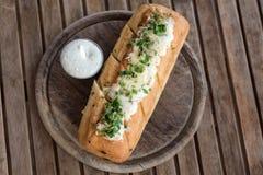 Smakelijk brood met knoflook, kaas en kruiden op houten lijst royalty-vrije stock foto